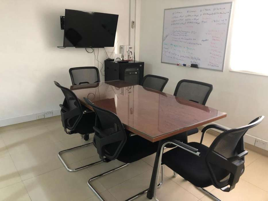 Escritorio y sillas para sala de juntas