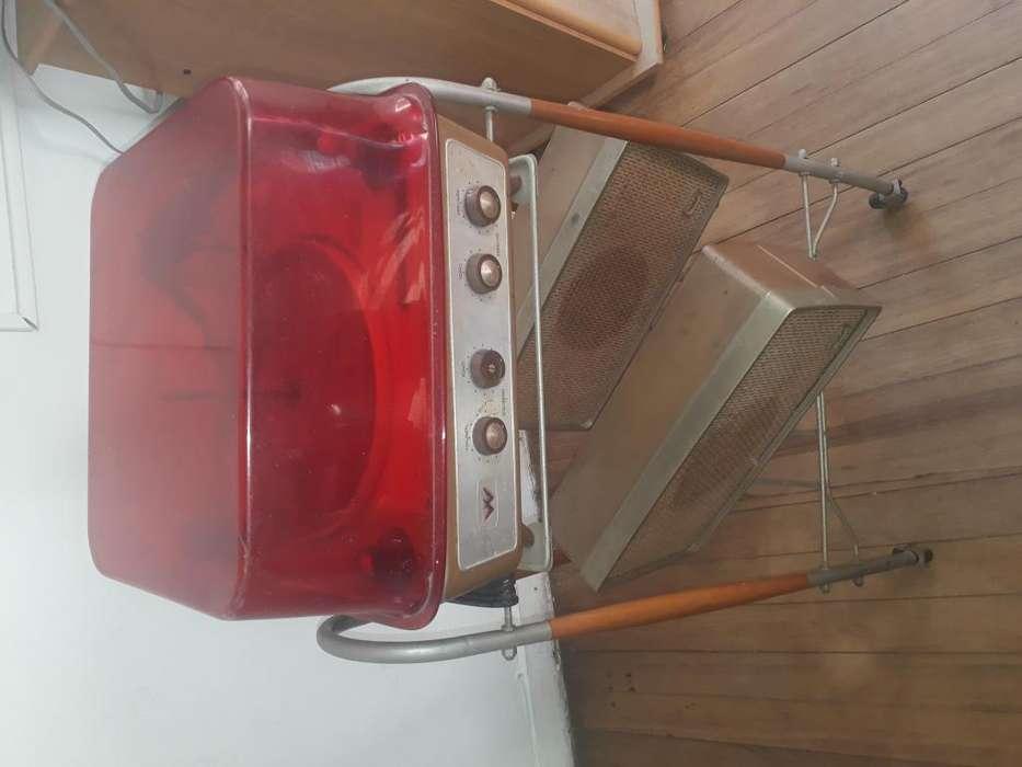 Tocadiscos Winco con mesa soporte de aparatoparlantes