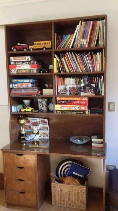 Vendo biblioteca escritorio con cajonera de madera lustrada