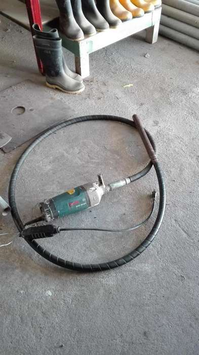 VIBRADOR USADO BOSCH GVC 20-EX 1400W 12A 127V CON MANGUERA