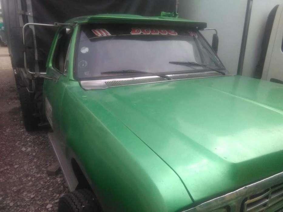 Camión Dodge 300 estacas