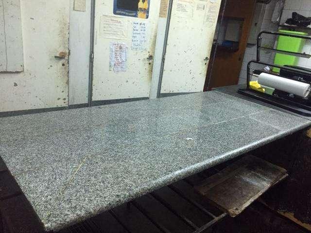 Mesas de trabajo de hierro con tapa de mármol.