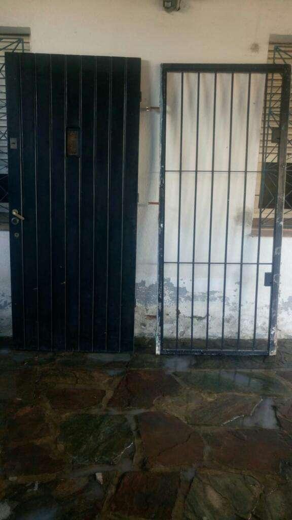Vendo Puerta Madera Macizay Reja de Seg