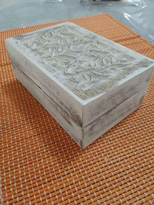 Caja de madera labrada blanca