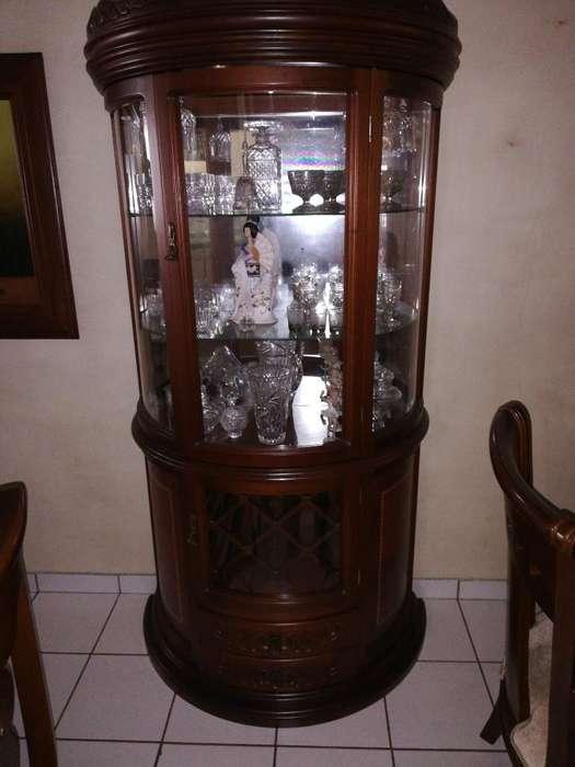 Un Mueble con Cristal Bohemia Y Babaria