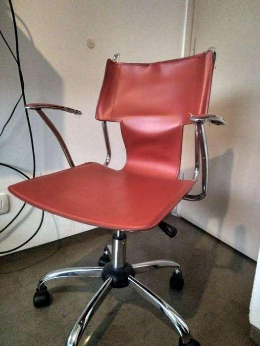 Vendo silla de <strong>escritorio</strong> de cuero rojo