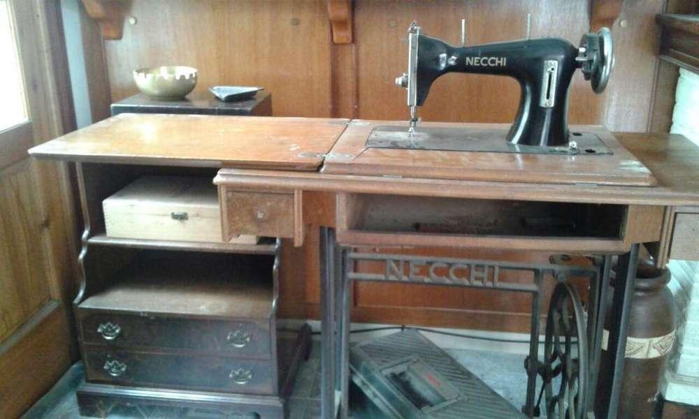 Maquina de Cocer Necchi con pie de hierro