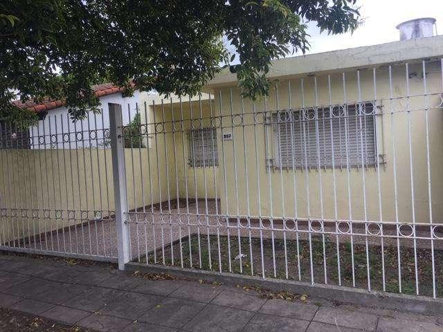 ALQUILO CASA DE DOS DORM. EN BARRIO JARDIN. 121 ENTRE 84 Y 85.
