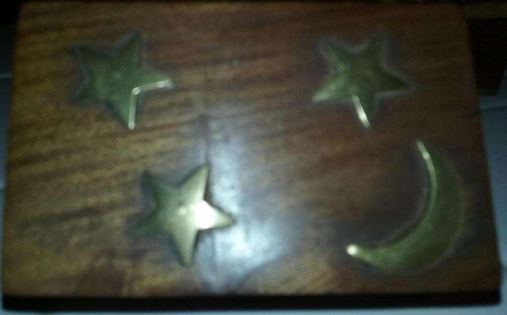 caja de madera de la India con adornos en bronce,luna y estrellas
