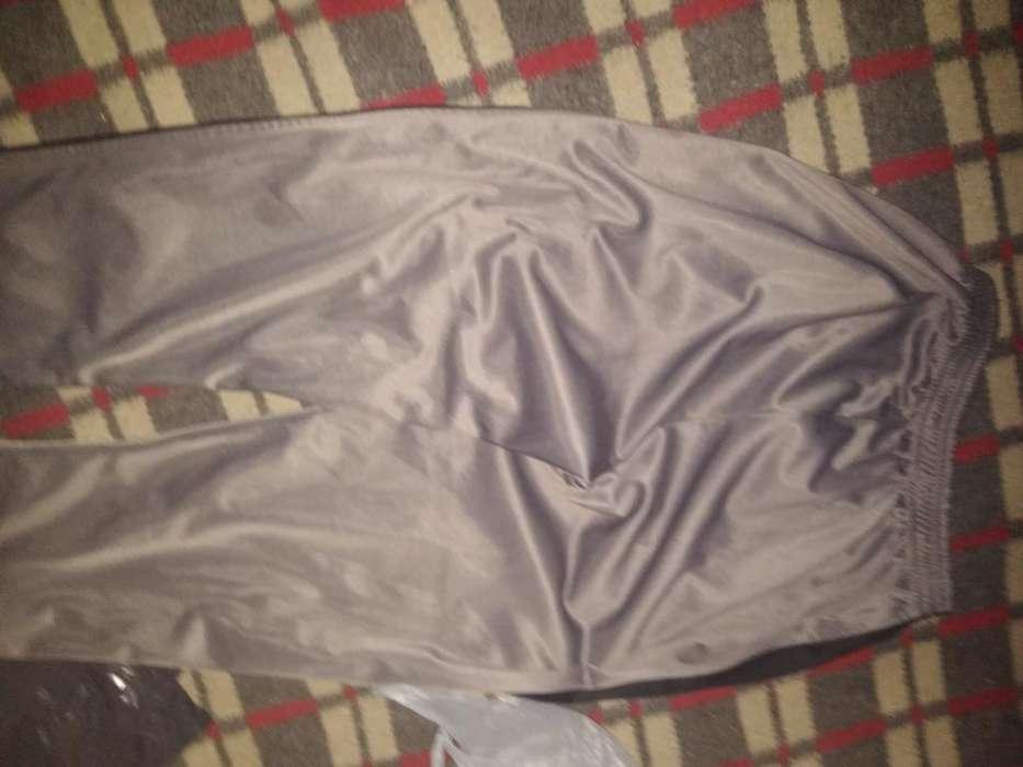 Pantalon Yoguin Semi Nuevo Gris con Raya