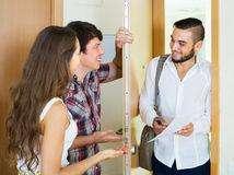 se requiere personal mixto para ventas puerta a puerta