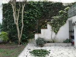Casa de buena construcción, amplios ambientes, jardín parquizado