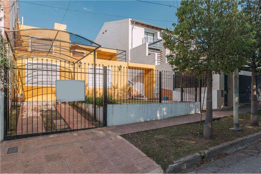 Vende Casa 3 dormitorios ,Col. de Velez Sarfield,