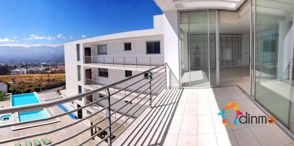 Arriendo departamento en Cumbayá - Vista panorámica, piscina. Balcón