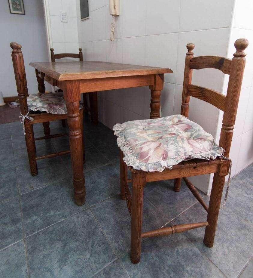 Mesa de cocina de madera con dos cajones y 4 sillas - Salta