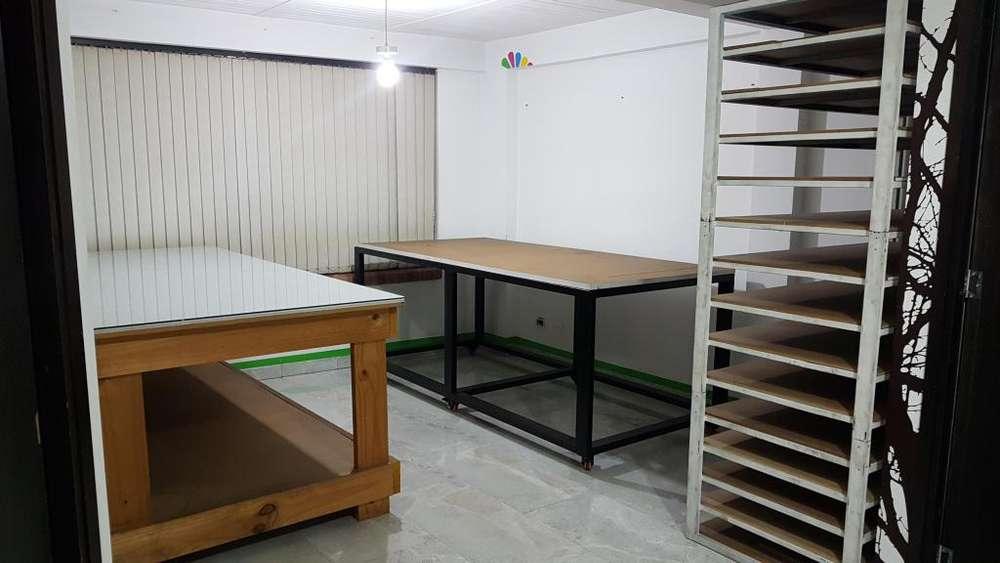 <strong>mesa</strong>s de trabajo en excelente estado y repisa.