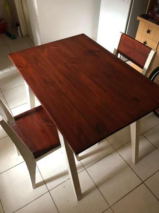 Mesa con dos <strong>silla</strong>s.