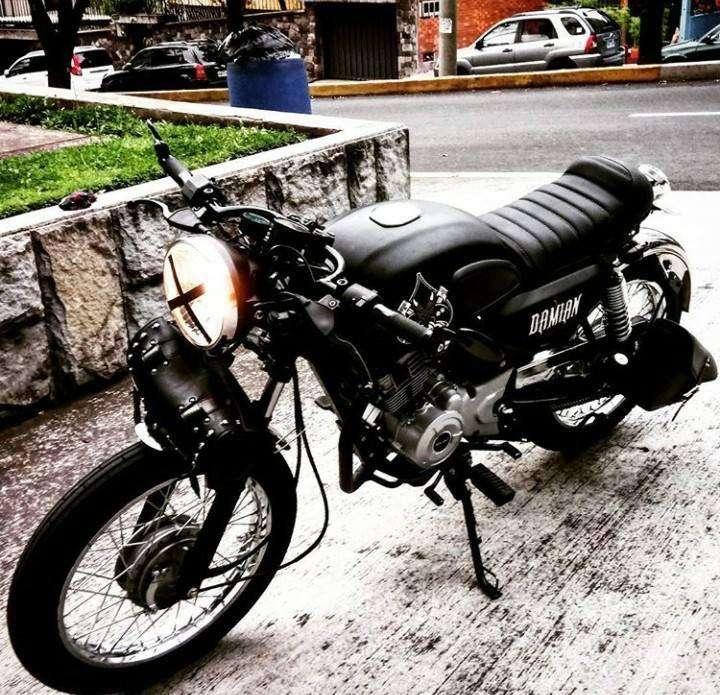 Moto Bajaj Cafe Racer personalizada