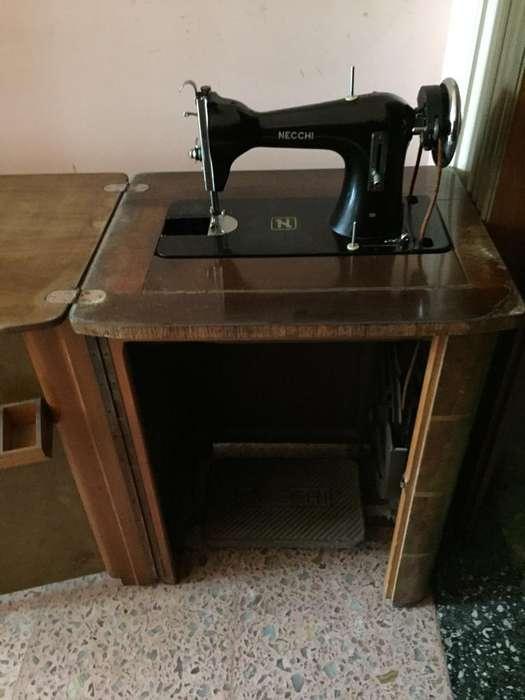 Máquina de coser Necchi antigua. Con mueble
