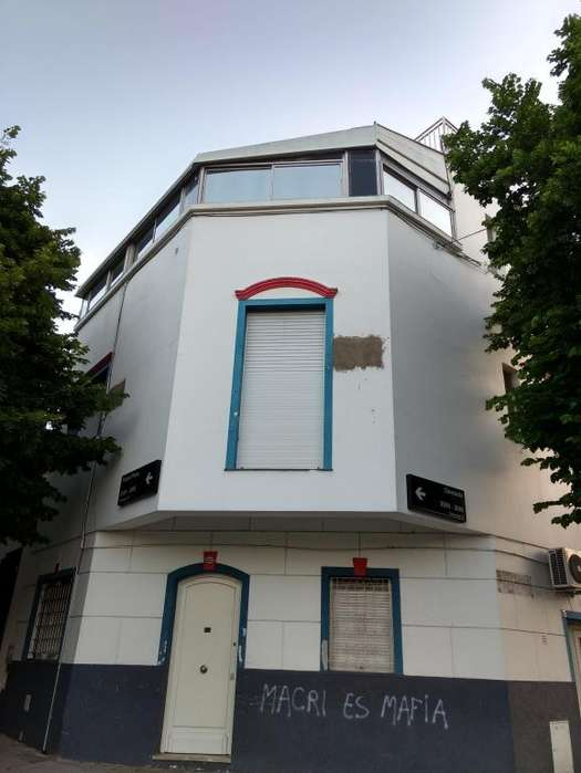 Casa esquina de 3 plantas para uso comercial exclusivamente. Excelente ubicación residencial.