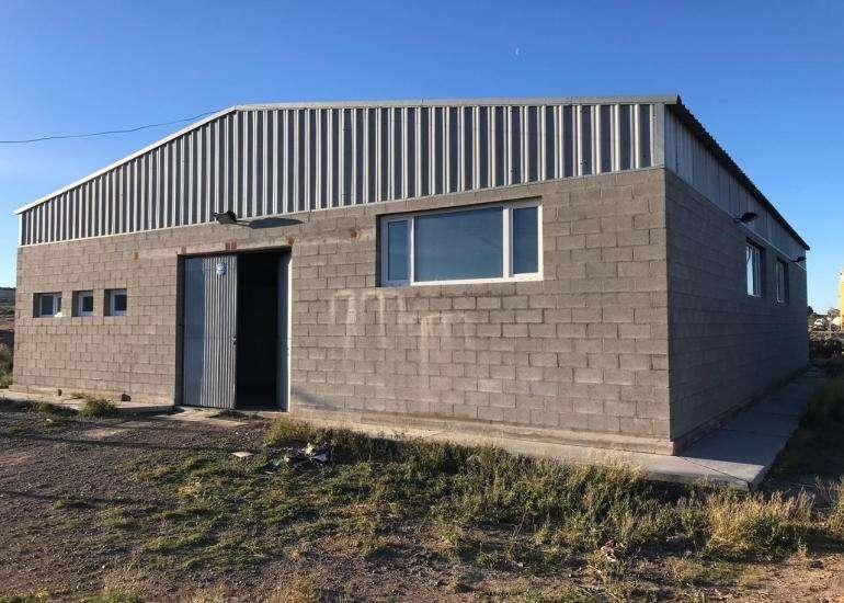 ¡Oportunidad! Impecable galpón de 300 m2, sobre <strong>terreno</strong> de 1000 m2, ubicado en el parque Industrial.