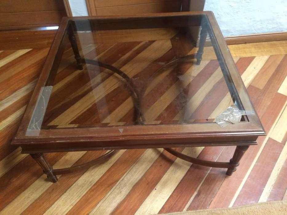 Combo mesas de madera con vidrio, una grande de centro CON VIDRIO ROTO y dos auxiliares