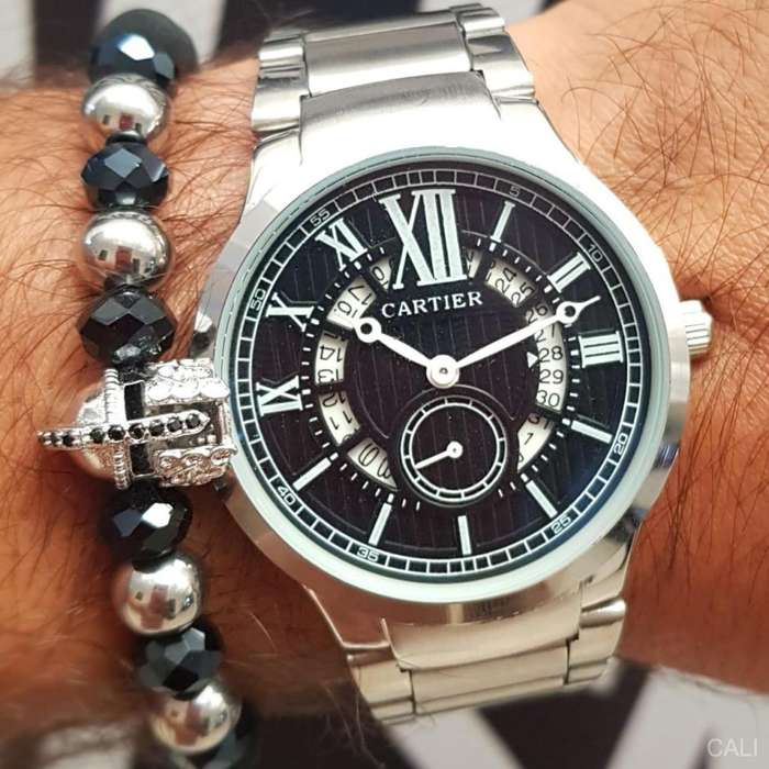 Reloj Cartier en color plateado con fondo negro para hombre