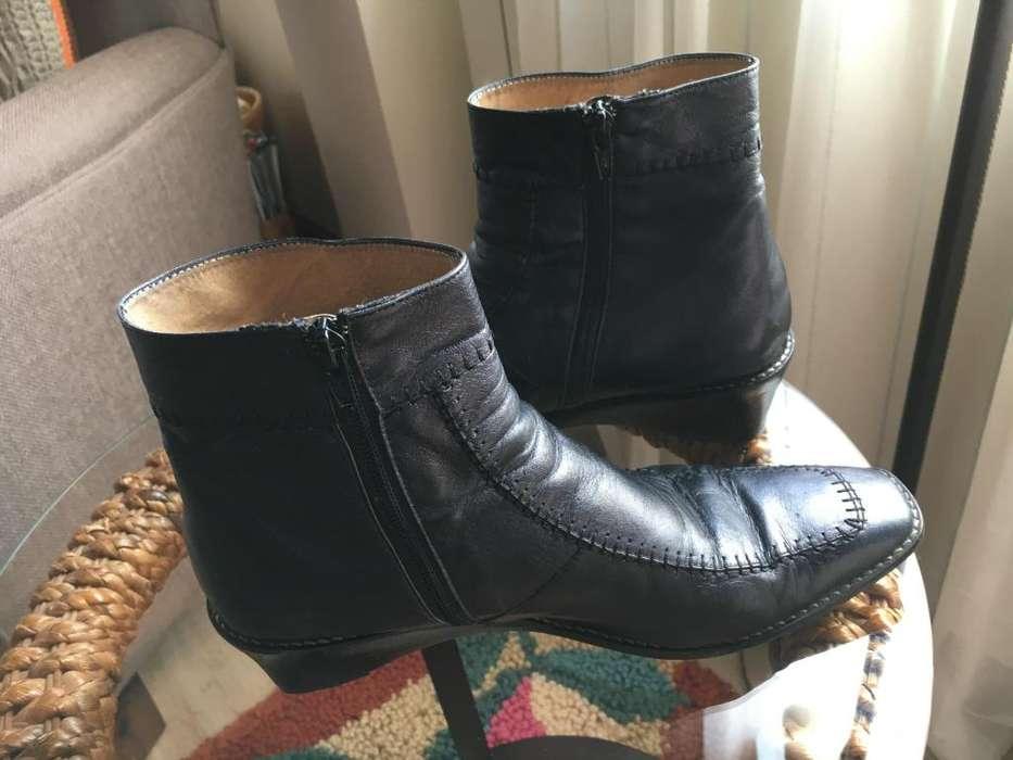 Botas de cuero negras taco 3 cm cierre lateral con pespunte