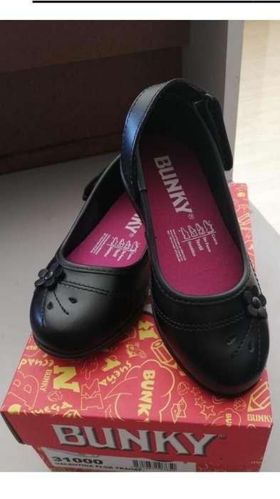 Zapatos escolares de niño y niña cuento con 60 pares
