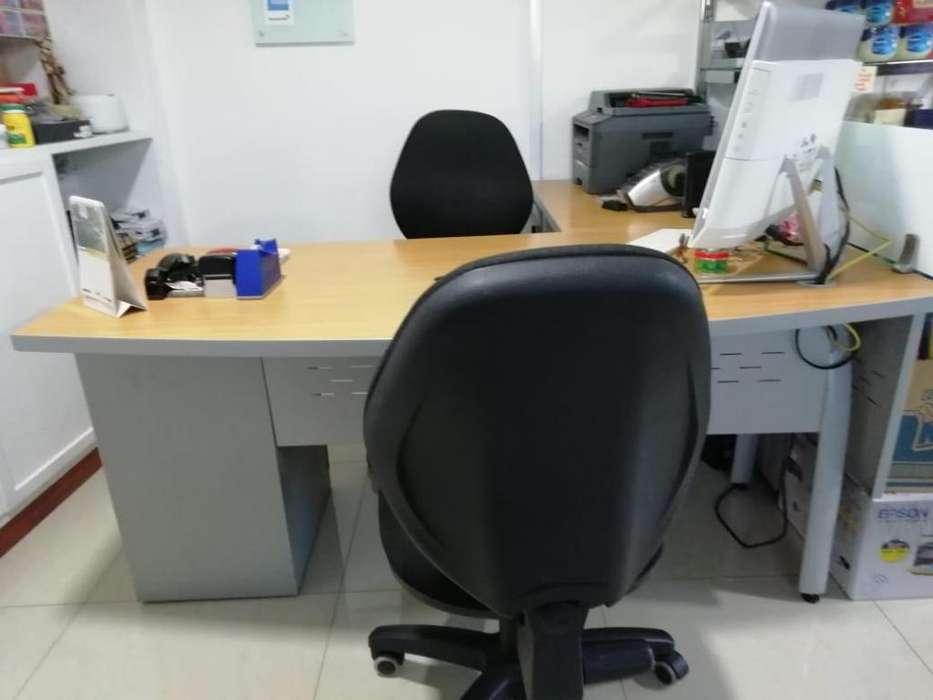 Puesto de trabajo en L para oficina con sillas y mesa auxiliar