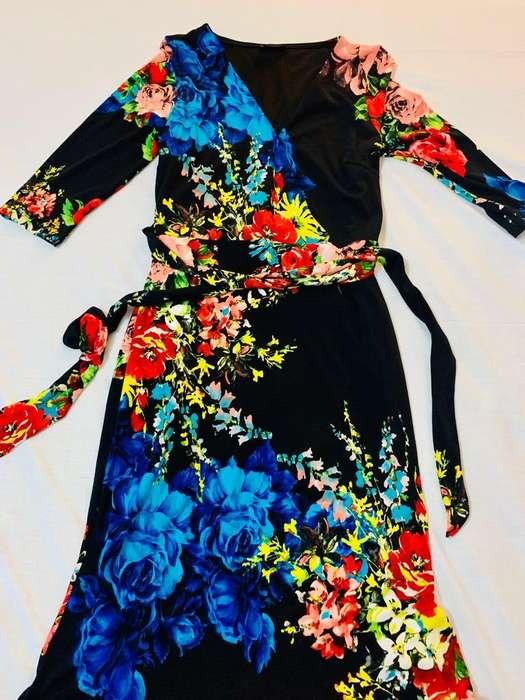 Hermoso vestido negro con hermoso recorrido de flores llamativaspara dama