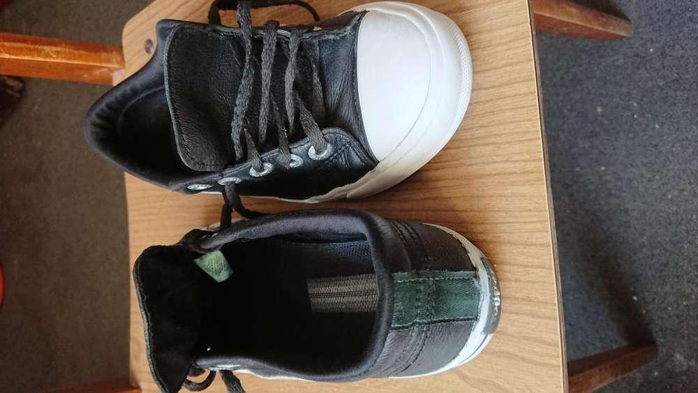Zapatilla para chico usada topper color negra cuero estado buena número 34
