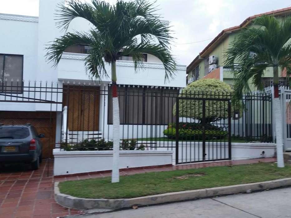 Linda casa 4 niveles barrio Santa Monica norte de Barranquilla 561 mts2