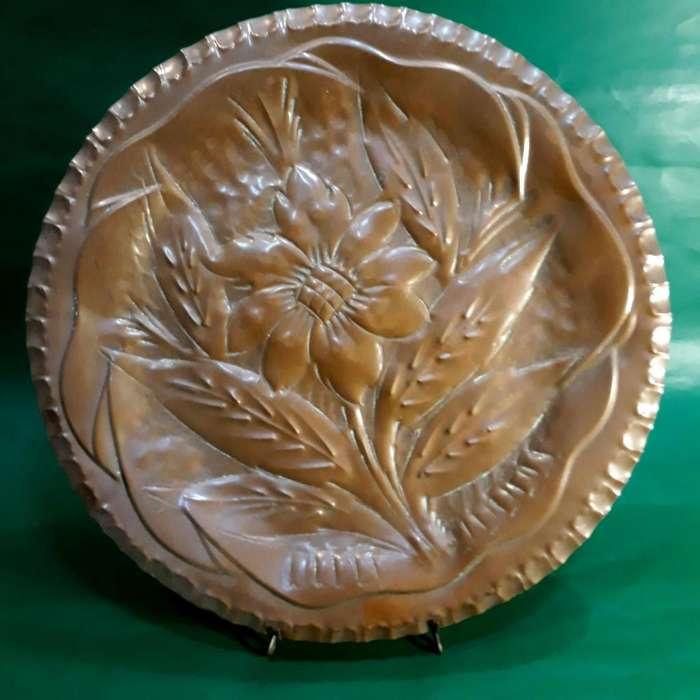 Plato de Cobre Repujado con Motivo Floral