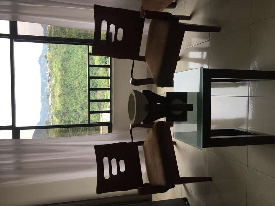 sillas en madera con espaldar en forma de wifi, mas mesa de centro en madera y vidrio templado