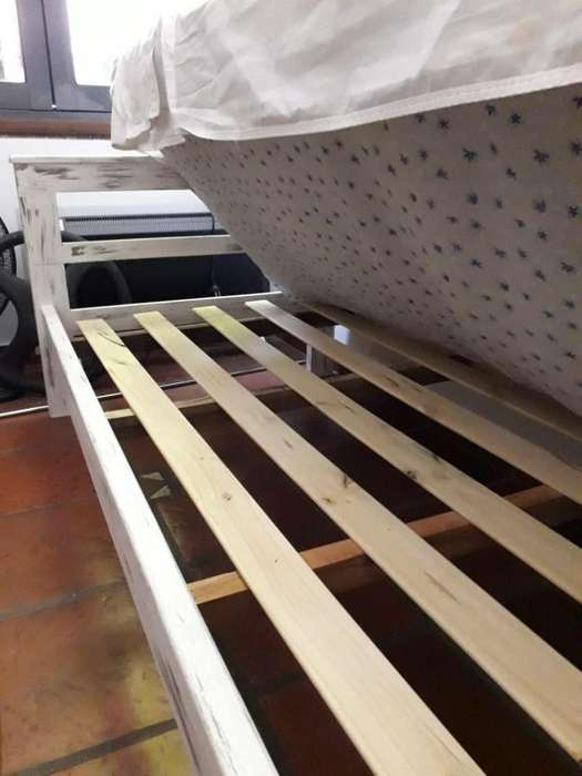 Sofá Cama patinado, blanco y gris de pino.