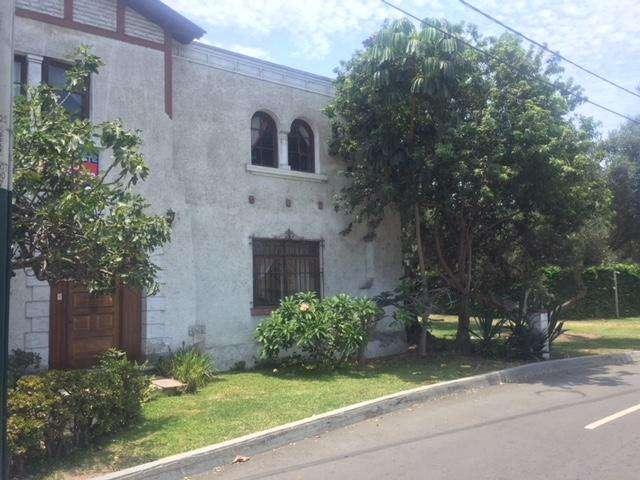 VENTA, Casa para remodelar dentro de parque El Olivar en San Isidro (con 3 frentes)