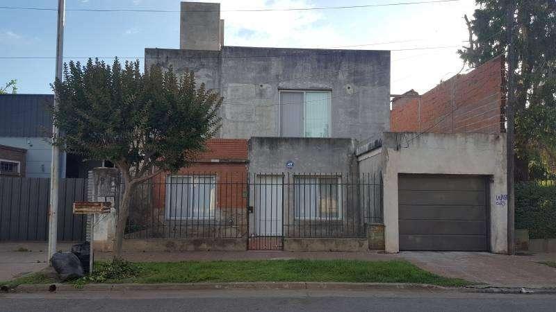Venta casa en V.Constitución 2 plantas, garage para 2 autos.