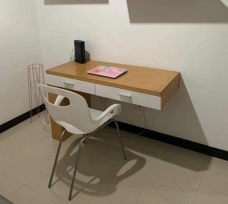 Escritorio en madera con silla