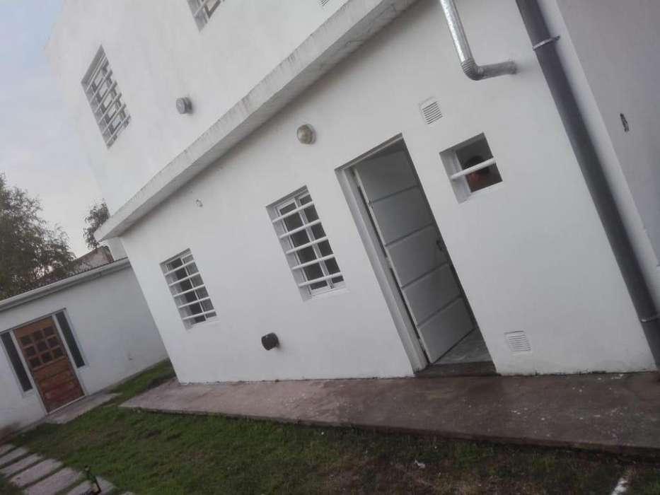 PARTICULAR 1 dormitorio en P BAJA. LA PLATA. Los Hornos. Calle 140 y 56. Frente Colegio San Benjamín.