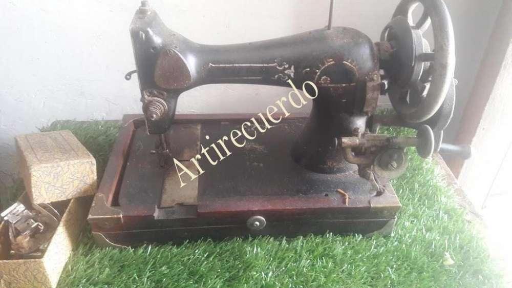 Antigua Maquima de Manivela con sus caja de accesorios de costura