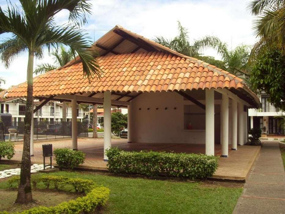 Casa tres Pisos Condominio Pacande estilo colonial.
