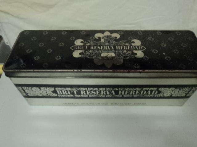 caja antigua de vino brut reserva heredad españa