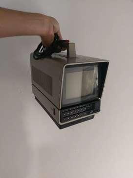 Televisor Sony antiguo pequeño a color