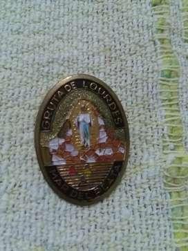 Antiguo pin distintivo gruta de Lourdes Mar del Plata 1970s recuerdo turístico Virgen