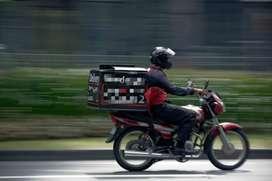 Vendedor en moto para vender materiales de construcción