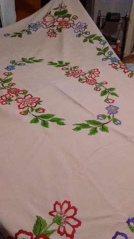 Mantel antiguo bordado a Mano