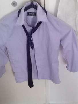 Camisa lila con corbata
