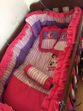 Vendo hermosa cuna en madera con lencería para bebé