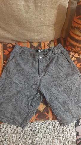 Pantalon bermuda en buen estado.